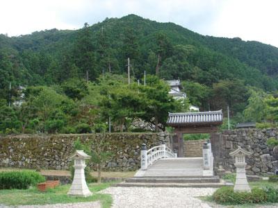 出石城 登城橋と登城門 背後に有子山城址