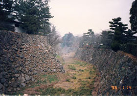 大和郡山城 本丸・毘沙門曲輪間の堀