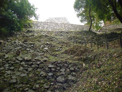 高取城 七つ井戸方面から新櫓を見上げる