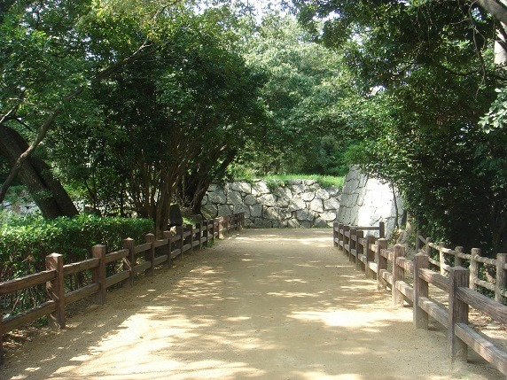 東の丸虎口へ至る土橋