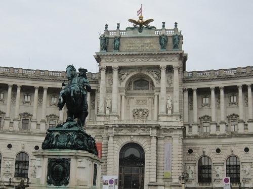 10新王宮オイゲン公銅像と双頭の鷲