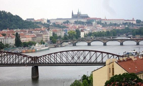 ヴィシェフラドからプラハ城を