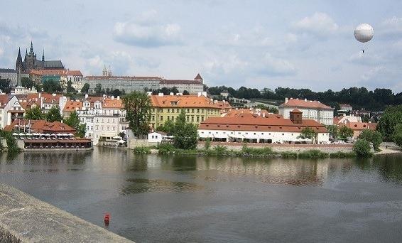 32カレル橋からプラハ城を