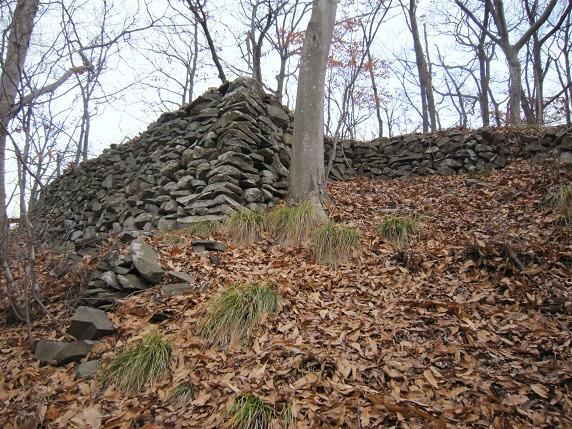 主郭北西隅下の段の石垣