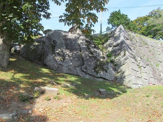 不明門脇の巨岩
