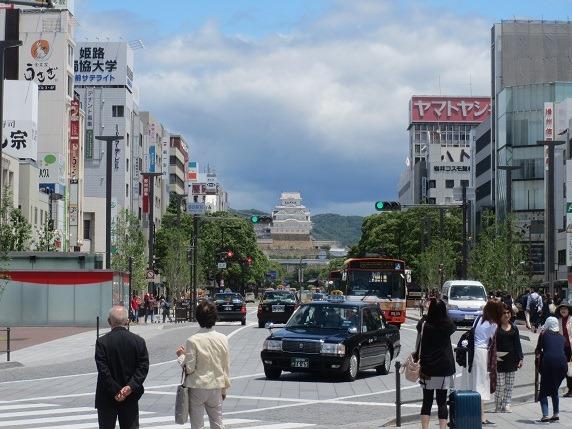姫路駅前から姫路城を望む