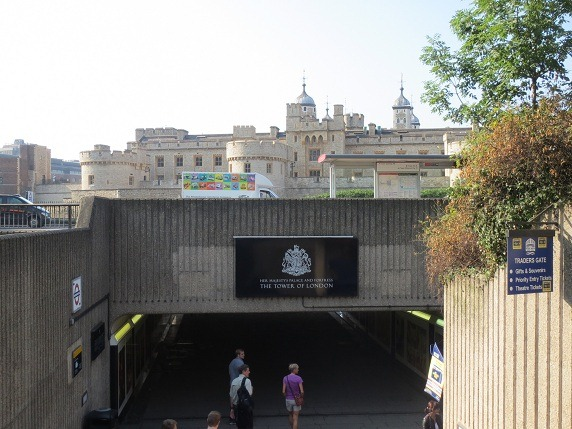 地下鉄出口のトンネルとロンドン塔