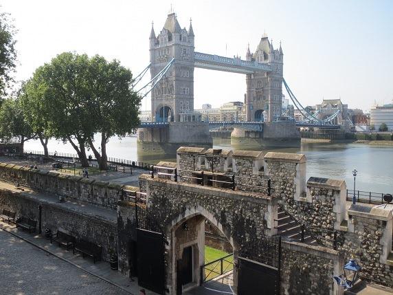 33城壁上からタワーブリッジを