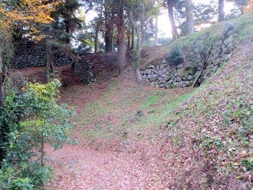 17本丸への道側面石垣
