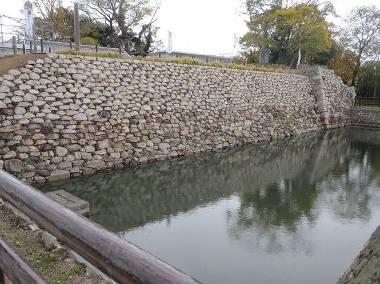 35南面石垣と堀2