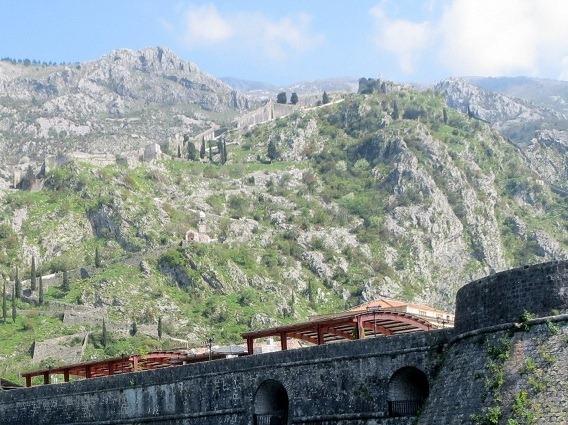 コトル旧市街背後の山の城壁