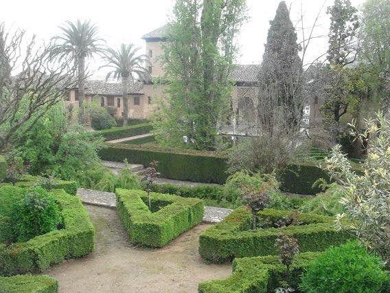 28貴婦人の塔前の庭
