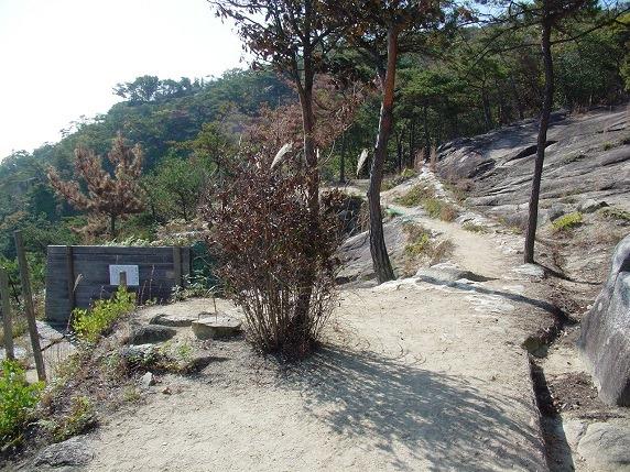 東門と巨大岩