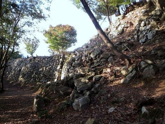 三曲輪から本丸にかけての側面石垣