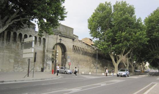 アヴィニョンローヌ門と城壁