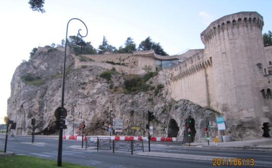 アヴィニョン北側城壁と岩壁