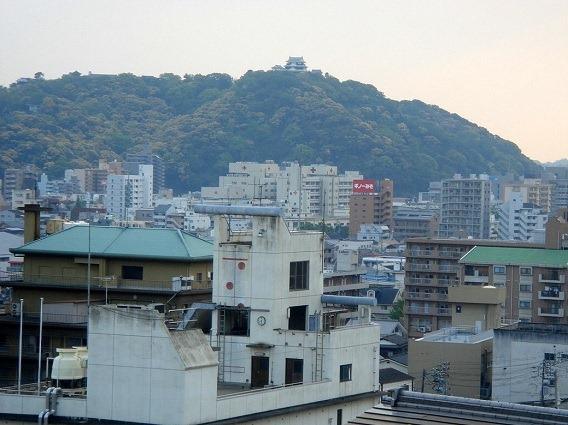 01伊予松山城遠景