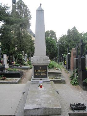 32スメタナ墓