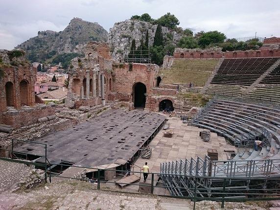 ギリシャ劇場の背後にモンテタウロ