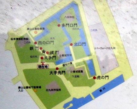 01小倉城主郭部縄張略図と門