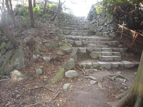26天守台への石段