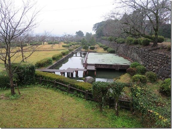 27本丸東側石垣と水堀